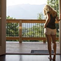 Drewniany taras i drewniane okna, czyli idealne połączenie na wiosenne dni