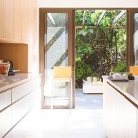 Nowatorstwo i tradycja – czy drewniane okna pasują do nowoczesnego budownictwa?