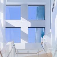 Okna i drzwi drewniane chronią przed upałami
