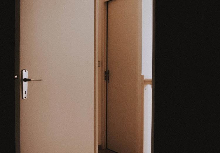 Prawy do lewego – o kierunkach otwierania drzwi